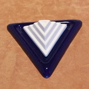 DS12.27 Dreieckpyramide auf Unterteller